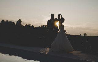 sposi ballano al tramonto